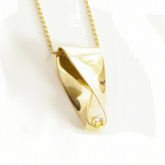 Gouden hanger met diamantje